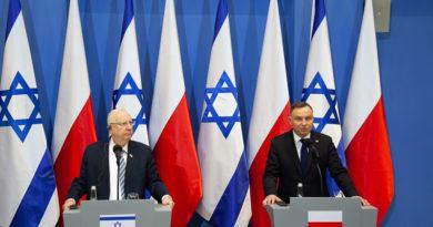 Президенты Польши и Израиля стоят на фоне флагов государств